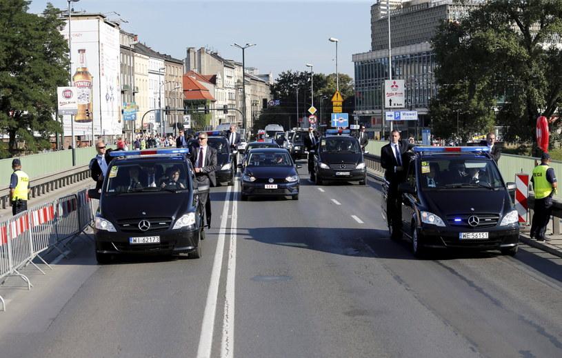 Samochód (C) z papieżem Franciszkiem jedzie ulicami Krakowa do Sanktuarium Bożego Miłosierdzia w Łagiewnikach /Andrzej  Grygiel /PAP