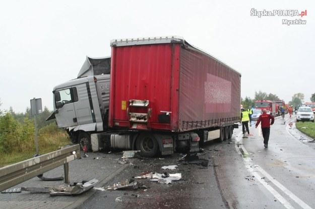 Samochód dostawczy zderzył się czołowo z jadącym z przeciwnego kierunku samochodem ciężarowym /Policja