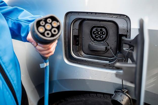 Samochód elektryczny może być tańszy niż spalinowy! /AFP