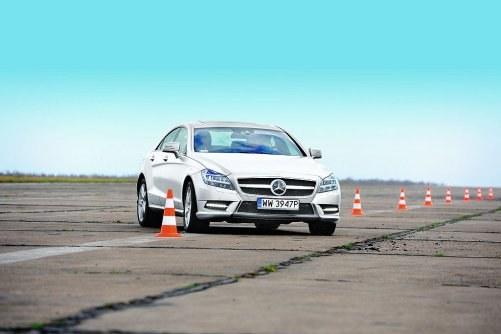 """Samochód jeździ pewnie i stabilnie, dopóki nie zechcemy sprawdzić maksimum jego możliwości. Na granicy przyczepności zachowanie CLS -a staje się nie do końca przewidywalne – auto potrafi zaskoczyć nagłym przejściem z pod- do nadsterowności. Potęgują to odczuwalne przechyły nadwozia, nawet gdy zawieszenie pracuje w trybie """"Sport"""". Zaskakująco precyzyjny okazuje się układ kierowniczy. /Auto Moto"""