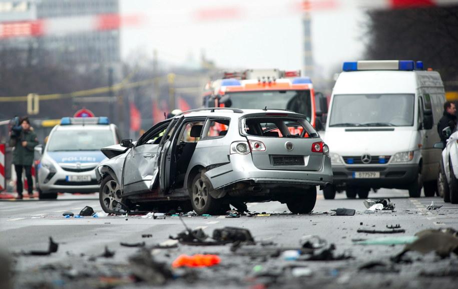 Samochód, który eksplodował w Berlinie /PAUL ZINKEN  /PAP/EPA