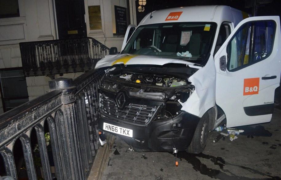 Samochód, którym dokonano zamachu w Londynie. /LONDON METROPOLITAN POLICE HANDOUT /PAP/EPA