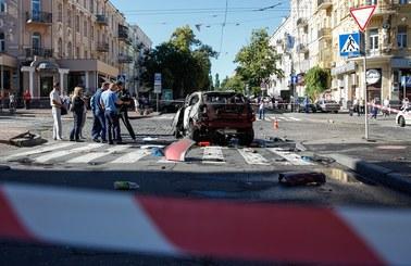 Samochód, którym porusza się znany dziennikarz, wjeżdża na skrzyżowanie i wybucha