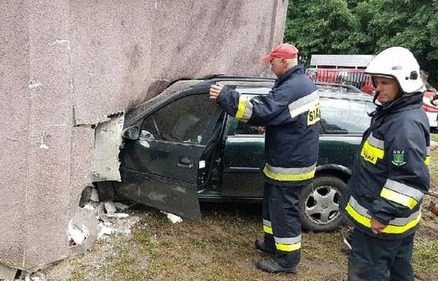 Samochód marki opel wjechał w budynek mieszkalny /Policja Mazowiecka  /Policja