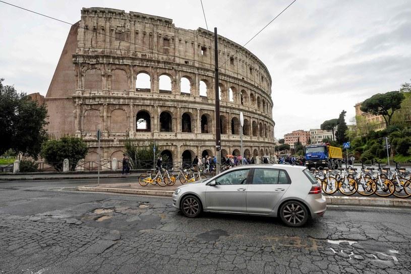 Samochód na ulicach Rzymu (Zdjęcie ilustracyjne) /ANDREAS SOLARO /AFP