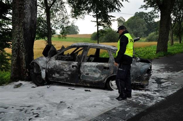Samochód osobowy uderzył w drzewo i się zapalił /Policja
