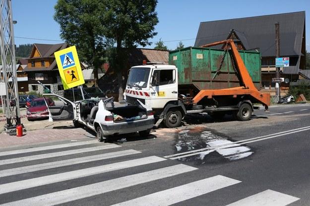 Samochód osobowy wjechał wprost pod śmieciarkę /Michał Adamowski /Reporter