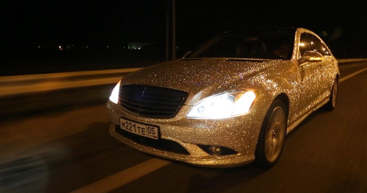 Samochód pokryty kryształkami Swarovskiego