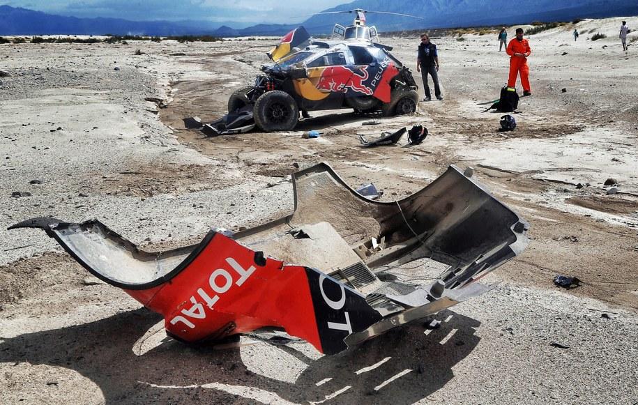 Samochód Sebastiena Loeba po wypadku na trasie 8. etapu Rajdu Dakar /@WORLD/ANDRE LAVADINHO /PAP/EPA