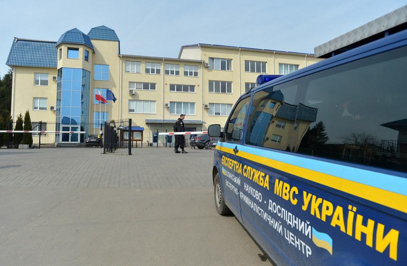 Samochód służb dochodzeniowo-śledczych przed zniszczonym budynkiem konsulatu Polski w Łucku /Darek Delmanowicz /PAP