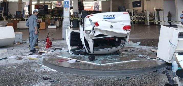 Samochód spadł na recepcjonistki / Corpo de Bombeiros PMESP /Twitter
