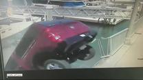 Samochód staranował barierki i wpadł do basenu portowego. Na pomoc rzucili się przechodnie
