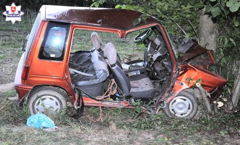 Samochód uderzył w drzewo /