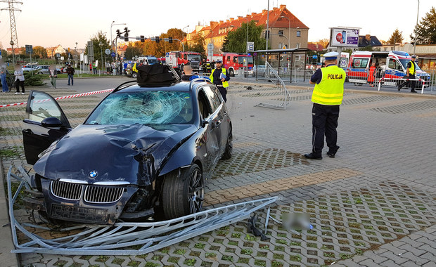 Samochód wjechał na chodnik przy przystanku we Wrocławiu. Kilka osób rannych