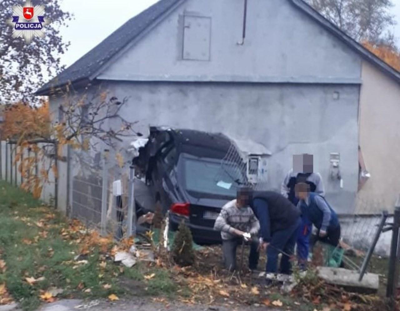 Samochód wjechał w dom. Kierowca prawdopodobnie zasnął w czasie jazdy