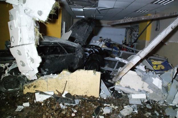 Samochód wpadł do budynku /Policja