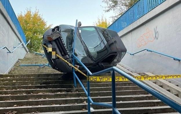 Samochód wylądował na barierkach /Policja /