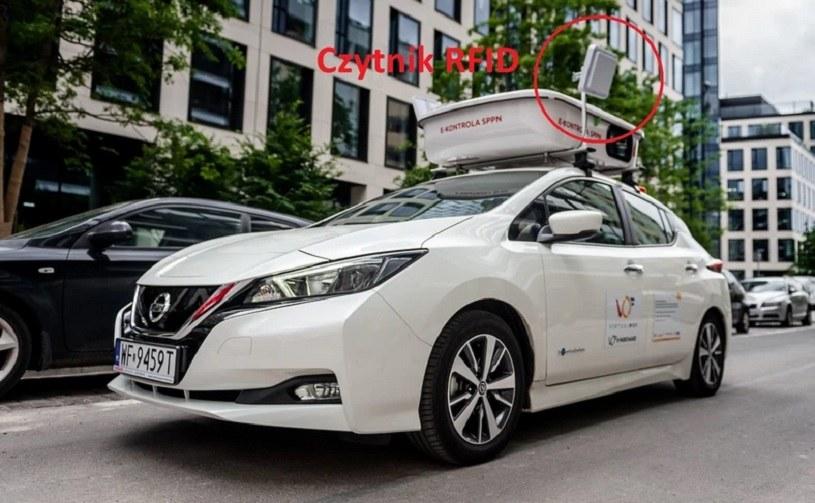 Samochód wyposażony w zestaw kamer i czujników umieszczonych na dachu