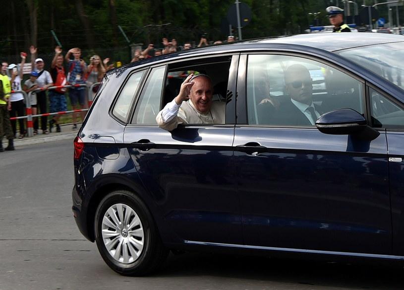 Samochód z papieżem Franciszkiem /Marcin Obara /PAP