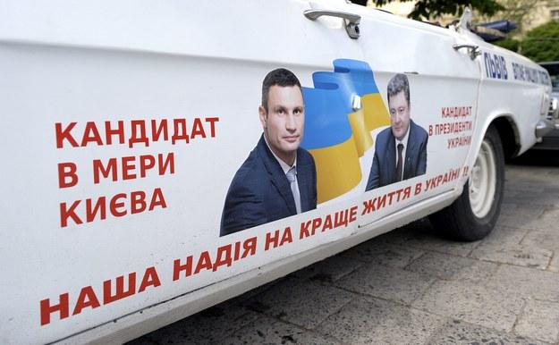 Samochód z wizerunkami Petra Poroszenki i Witalija Kliczki /Darek Delmanowicz /PAP