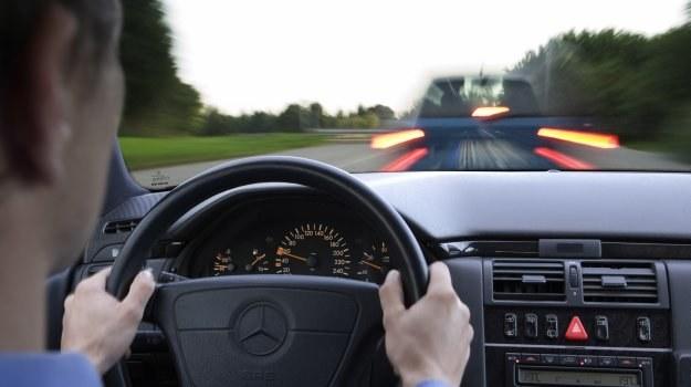 Samochód z zablokowanymi kołami nie reaguje na ruchy kierownicą. /Motor