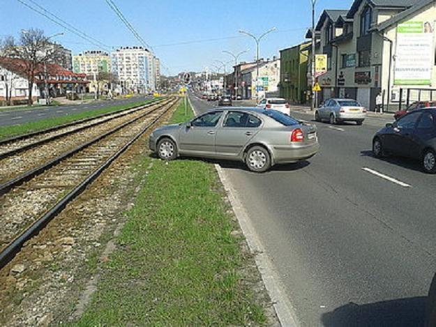 Samochód zatrzymał się w takiej pozycji /RMF