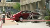 Samochód zawisł nad schodami!