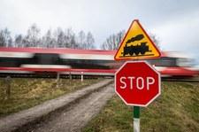 Samochód zderzył się z pociągiem. 26-letni kierowca nie żyje