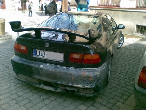 Samochód ze skrzydłem