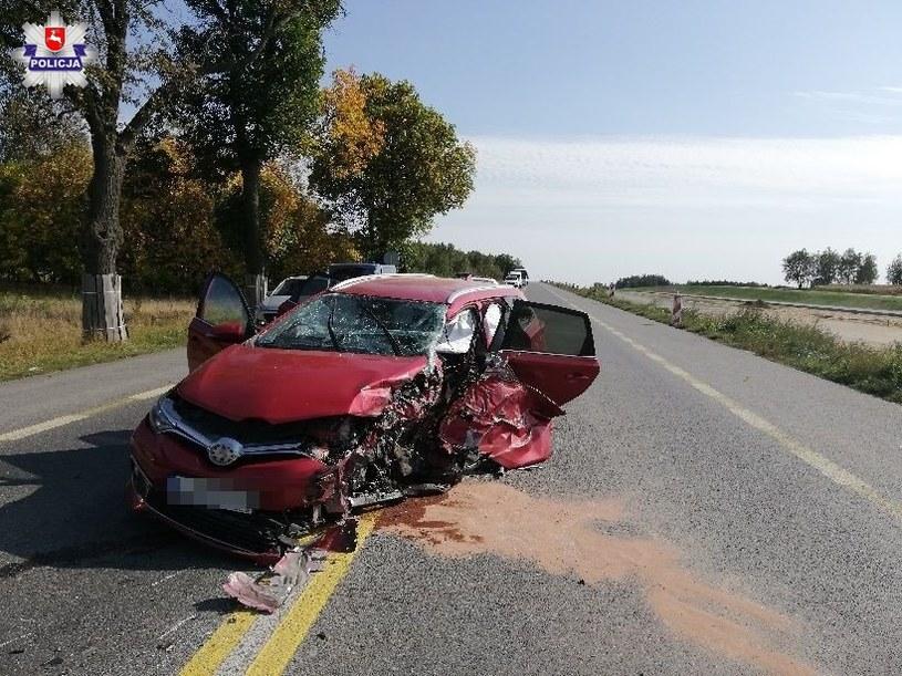 Samochód został kompletnie zniszczony, ale kierowca - tylko niegroźnie ranny /