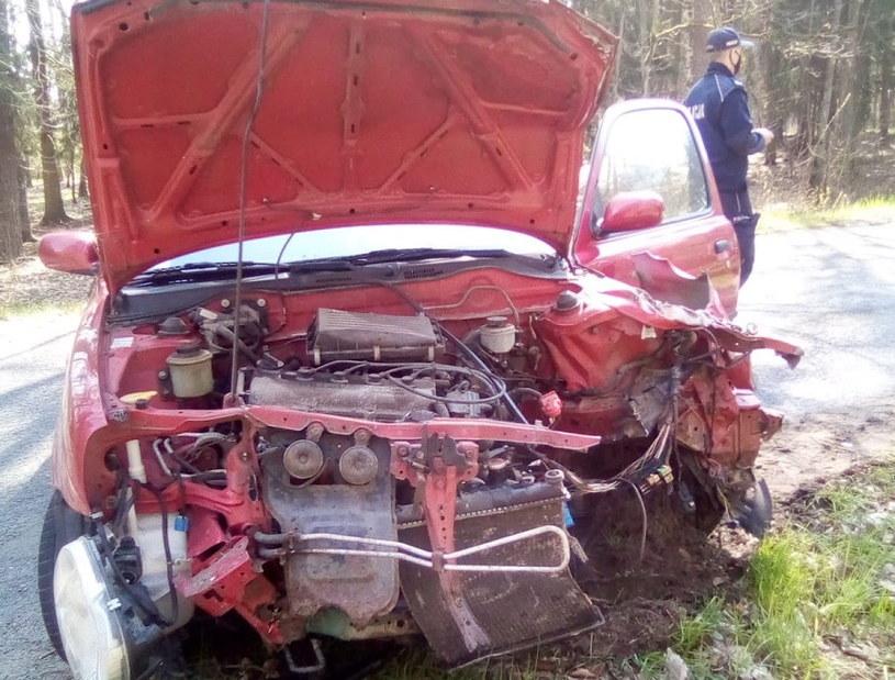 Samochód został rozbity, a chłopcy - ranni /Policja
