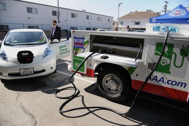 Samochody elektryczne wymagają specjalistycznego serwisu /AFP