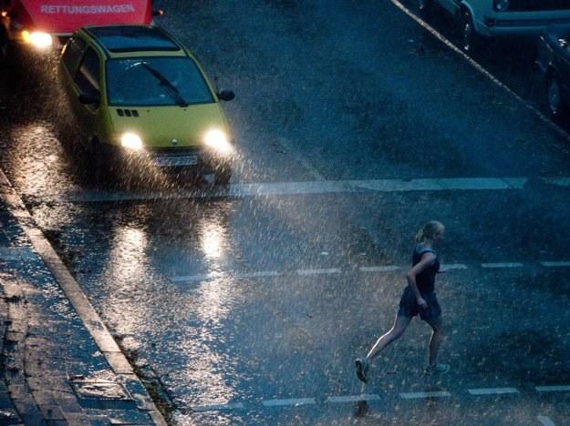 Samochody i deszcz zagłuszają muzykę. Pełne skupienia utwory odpadają /AFP