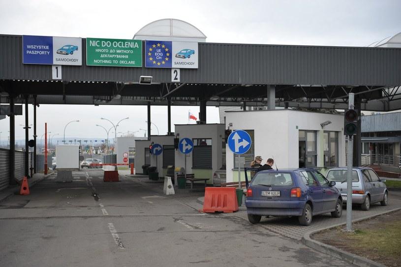 Samochody mogą mieć polskie rejestracje, jeśli regularnie przekraczają granicę /Łukasz Solski /East News