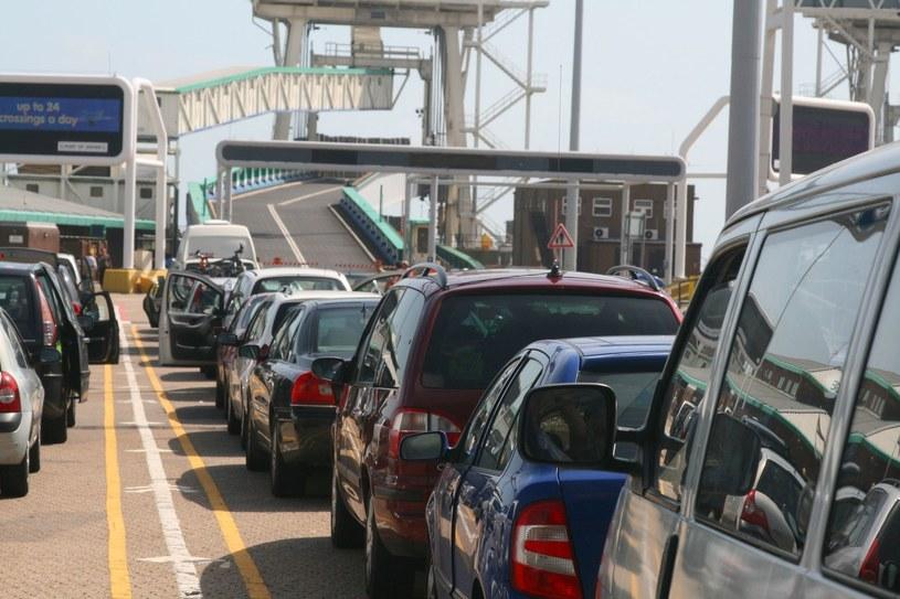 Samochody oczekujące na wjazd na pokład promu w Calais /123RF/PICSEL