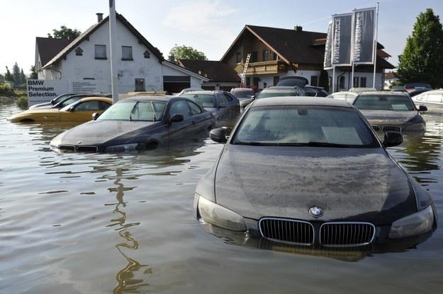 Samochody podczas powodzi w miejscowości Deggendorf w Niemczech / MARIUS BECKER /PAP/EPA