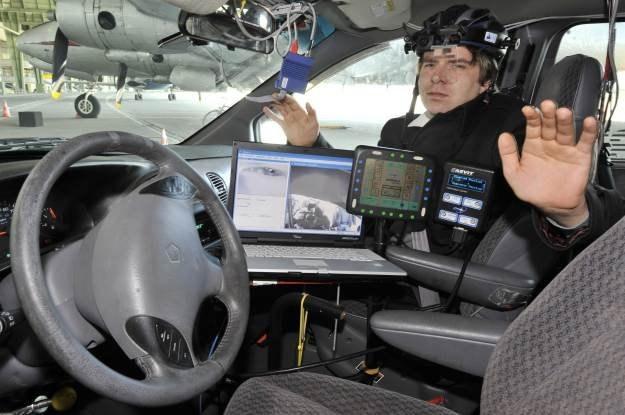 Samochody są coraz bardziej zaawansowane technicznie - zagrażają im cyberwłamywacze /AFP