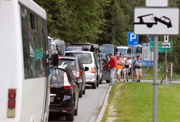 Samochody stoją w korku na Łysej Polanie / Grzegorz Momot    /PAP