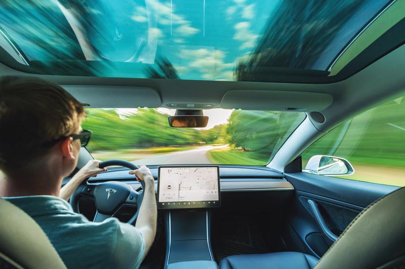 Samochody Tesla posiadają wewnętrzną kamerę /123RF/PICSEL