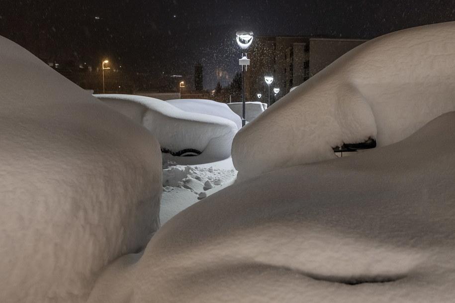 Samochody  w St. Moritz pokryte gruba warstwą śniegu /JEAN-CHRISTOPHE BOTT /PAP/EPA