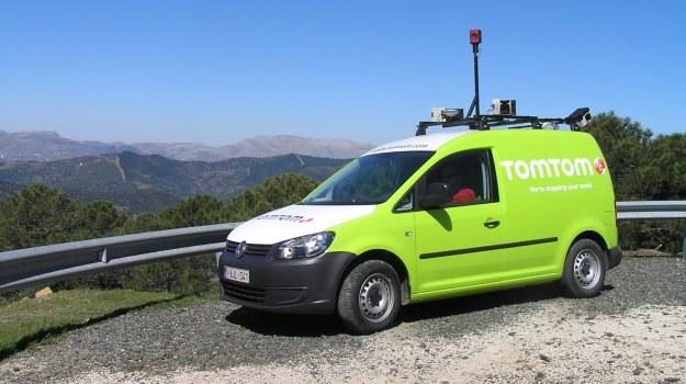 Samochody z kamerami, anteną GPS i miernikami laserowymi pomagają tworzyć nowoczesne mapy nawigacyjne, zbierając m.in. dane o kierunkach ruchu. /Motor