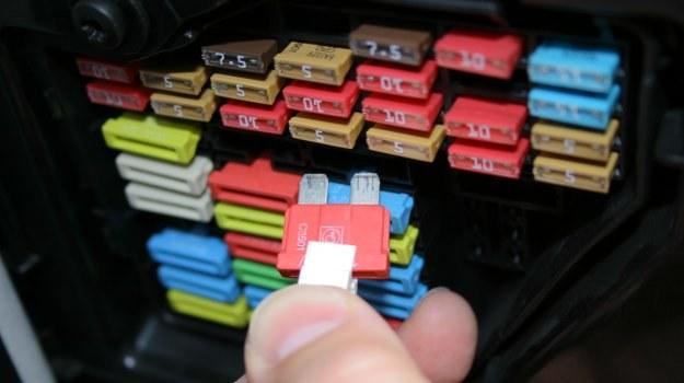 Samodzielna wymiana bezpieczników może spowodować zwarcie w instalacji. /Motor