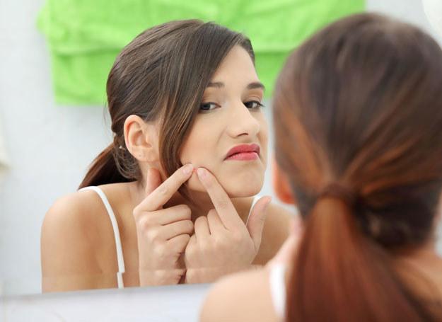 Samodzielne oczyszczanie twarzy przynosi więcej szkód niż pożytku /123RF/PICSEL
