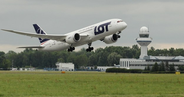 Samolot Boeing 787 Dreamliner PLL LOT startuje z lotniska Chopina w Warszawie /Radek Pietruszka /PAP