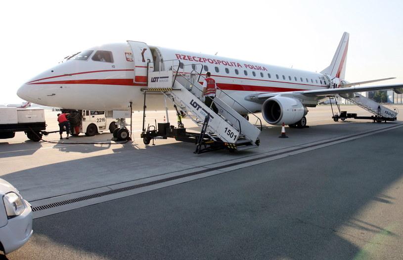 Samolot Embraer 175 na warszawskim lotnisku Okęcie /Radek Pietruszka /PAP
