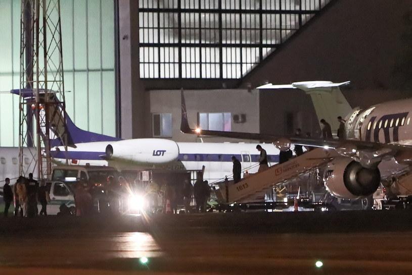 Samolot Embraer z osobami ewakuowanymi z Afganistanu  na lotnisku Okęcie w Warszawie /PAP/Paweł Supernak /PAP