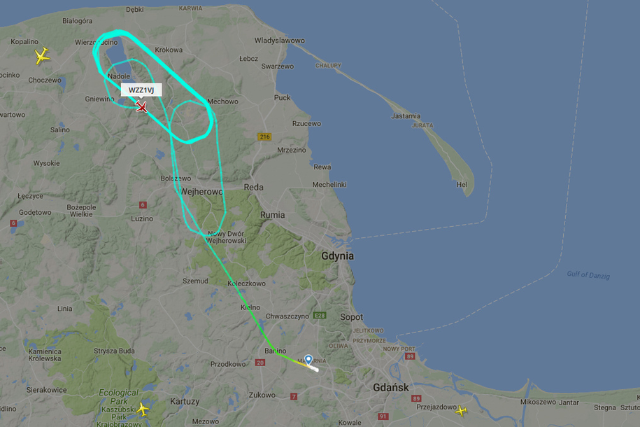 Samolot krążył m.in. nad Jeziorem Żarnowieckim. /Flightradar24.com /Zrzut ekranu
