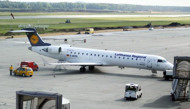 Samolot Lufthansy na płycie lotniska Katowice - Pyrzowice po awaryjnym lądowaniu /Andrzej Grygiel /PAP