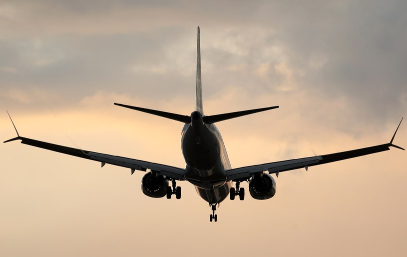 Samolot nad lotniskiem Chopina w Warszawie /Stanisław Kowalczyk /East News