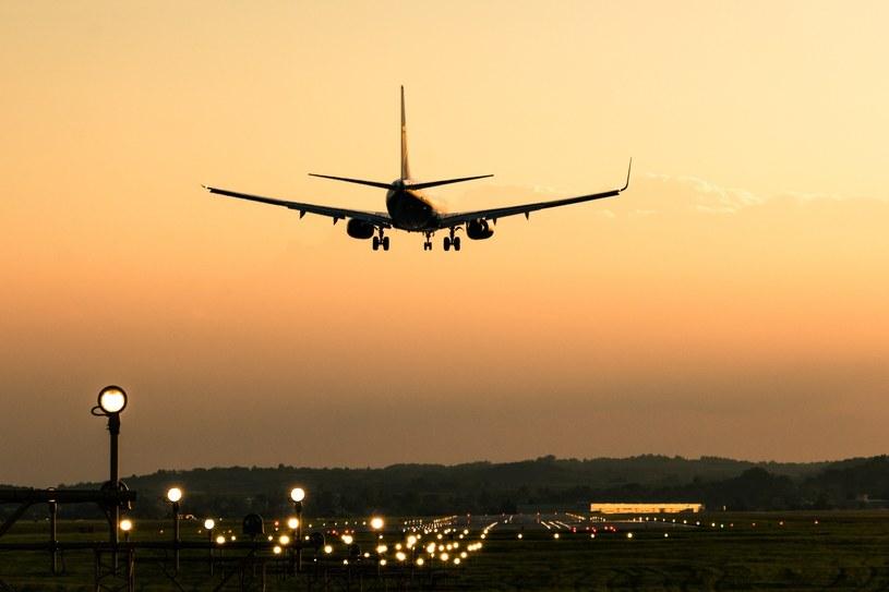 Samolot nad lotniskiem w Balicach /fot. Michal Ostaszewski /Reporter